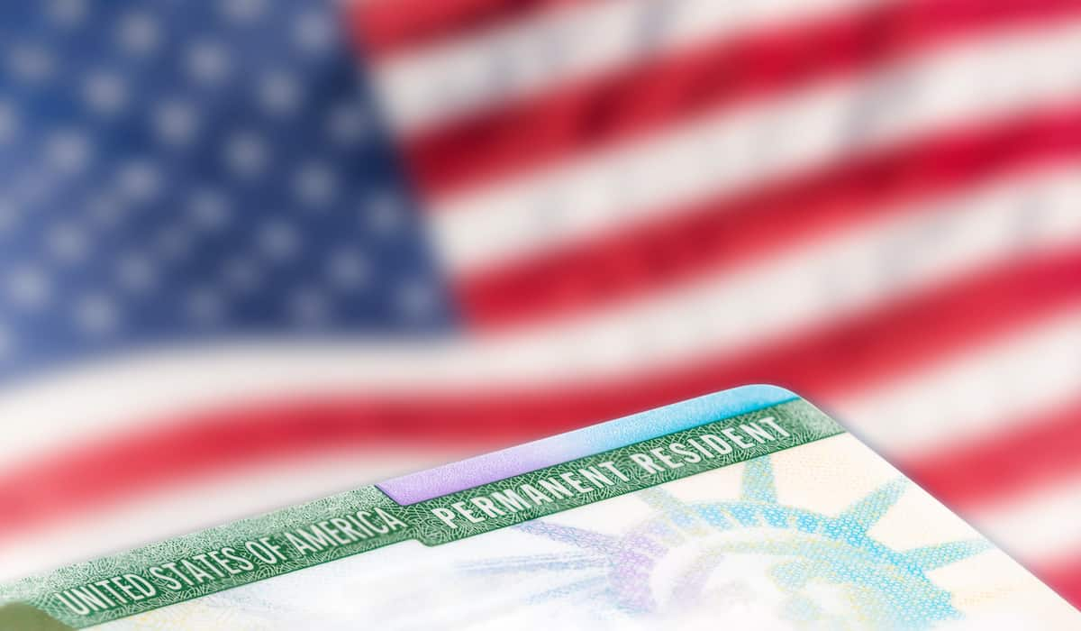 difference between a visa and a green card